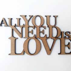 Frase All You Need Is Love 30cm